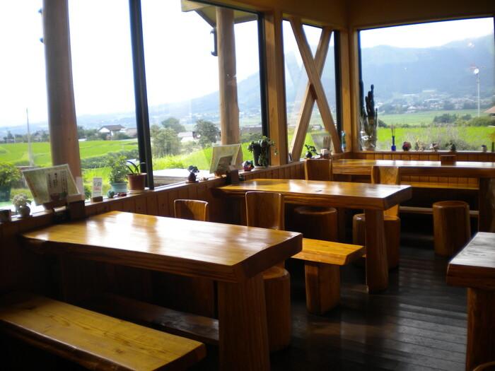 木をベースにしたナチュラルな雰囲気の店内。大きな窓から阿蘇五岳を眺めながら、美味しいパンをいただきましょう!