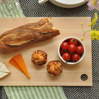 衛生的で見た目もオシャレなまな板は、食材をのせてプレートのように使うのも◎。そのまま食卓に出しても絵になります。
