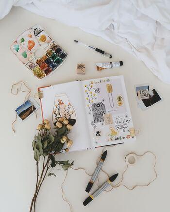 """写真やメモがたまってきたら、思い切って""""自分の興味""""をテーマにまとめてみるのも◎カラフルなペンやマスキングテープなどを駆使すれば、世界にひとつだけのスクラップブックが完成します。"""
