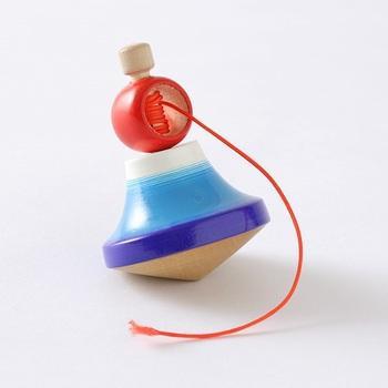 古来、日本のおもちゃとして愛されてきた木材玩具。大正2年創業の山形県の老舗メーカー「つたや」の富士山をモチーフにしたこまは、回すと上部の赤いパーツが日の丸に。お正月にぴったりのおめでたいデザインです。