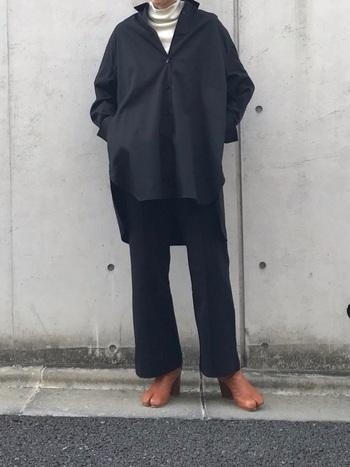 上下ブラックのコーデに合わせたブラウンの足袋ブーツが目を惹きます。トレンドのオーバーサイズのシャツもスタイリッシュで、少しモード感が漂う着こなしが素敵ですね。