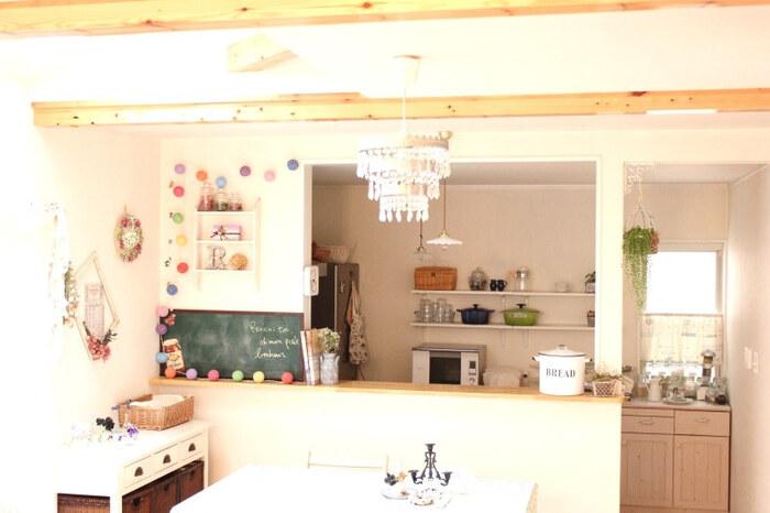 キッチンカウンターは、カフェ風インテリアの中心となる場所。 キッチンに立つ人と家族が会話しやすい距離感が魅力です。 キッチンカウンターのディスプレイにもこだわれば、楽しく温かみのある空間がつくれます。