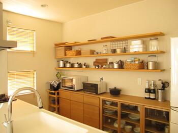 たとえば、置くモノが多いキッチンは、カフェの雰囲気を演出するキッチン雑貨やインテリアグリーンをディスプレイして、見せる収納にしてみましょう。