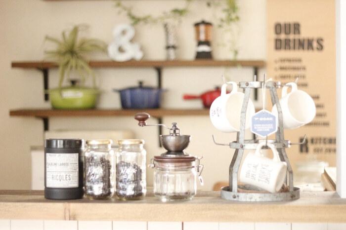 また、調味料や食材を保存容器に移し替えれば、出しておいてもおしゃれな雰囲気に。 よく使うマグカップなどは、ハンギングして収納するのも素敵です。