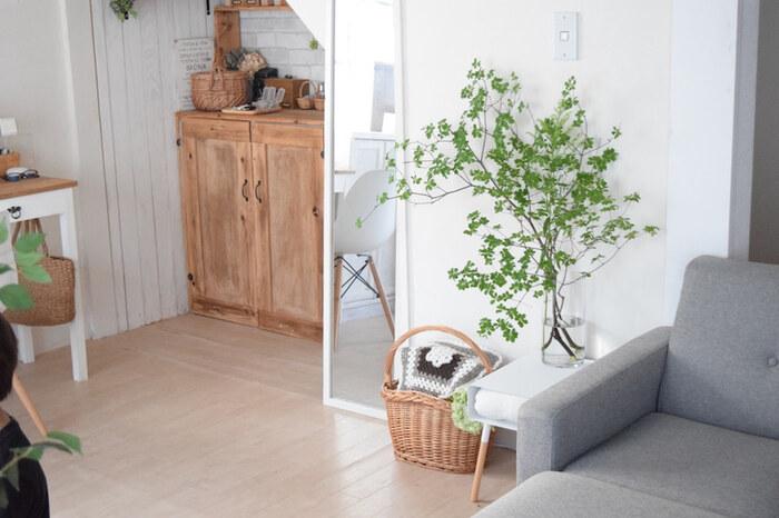 カフェ風インテリアを意識するなら、LDKには特にグリーンを多めに飾りたいところ。目隠しをしたいモノの近くに置けば、生活感を和らげてくれます。料理に使えるハーブや小さな野菜を育てれば楽しさが増えます。