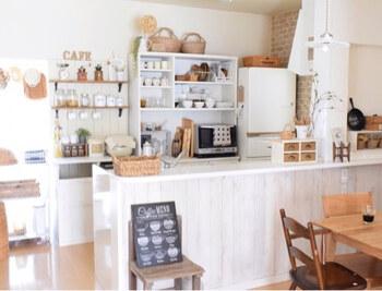 扉付きの棚や引き出しには、細々とした調理器具・食材などしまって隠して収納。 生活感をおさえることができますよ。