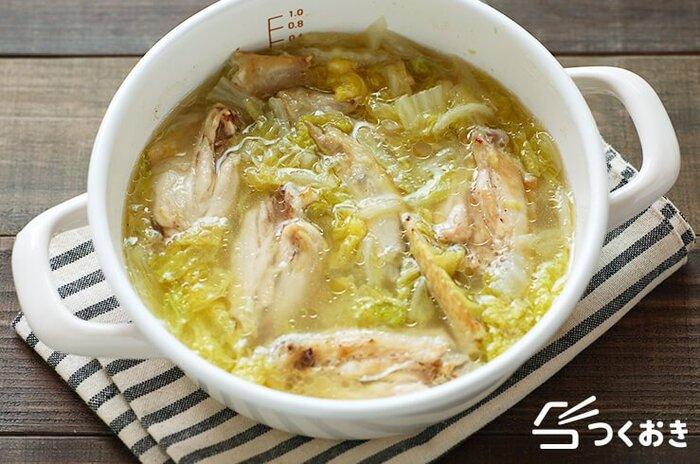 トロトロに煮込まれた、ヘルシーでからだにやさしい手羽先と白菜のパイタンスープのレシピです。にんにくとしょうが入りだから、汗をかくくらいぽかぽか温まります。