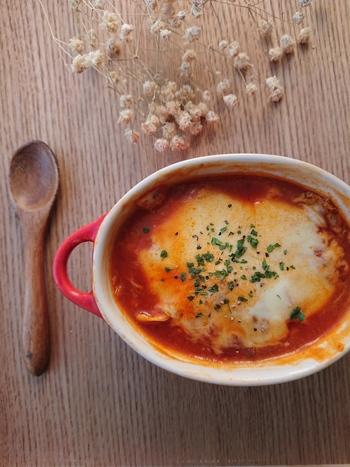 市販のミートソースを使ってできるお手軽レシピ。とろとろチーズと白菜の甘みがたまりません。