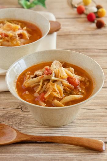 クタクタになった白菜が甘くおいしいトマトベースのスープ。マカロニの代わりにパスタを入れて食べごたえもアップ。たっぷり作っておいて朝食に食べたいですね。