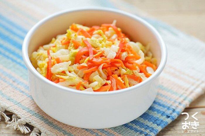 電子レンジで作れて日持ちもする常備菜レシピ。人参の赤みが加わり、見た目にも華やかですね。白菜をたくさん消費したいときにもオススメです。