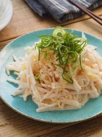 この時期おいしくリーズナブルな大根と白菜を使った、食べ応えのあるサラダ。大人も子供も大好きな明太マヨの味付けで、和えるだけですぐおいしい。