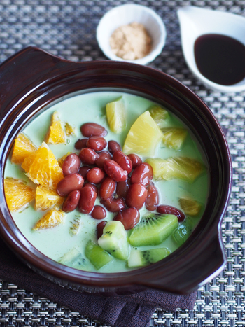 デザートタイムにフルーツ鍋はいかがですか?パステルグリーンのような抹茶ミルクの色合いが印象的なスープに、 きんとき豆やくだものを入れてホットでいただきます。お好みできなこなどをプラスするのも◎
