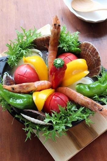 野菜や海鮮を大胆に投入したお鍋は、カラフルな彩りが目をひきます。トマト、エビ、ホタテを丸ごと入れているので旨みたっぷり。サラダのようなビジュアルが新鮮です。