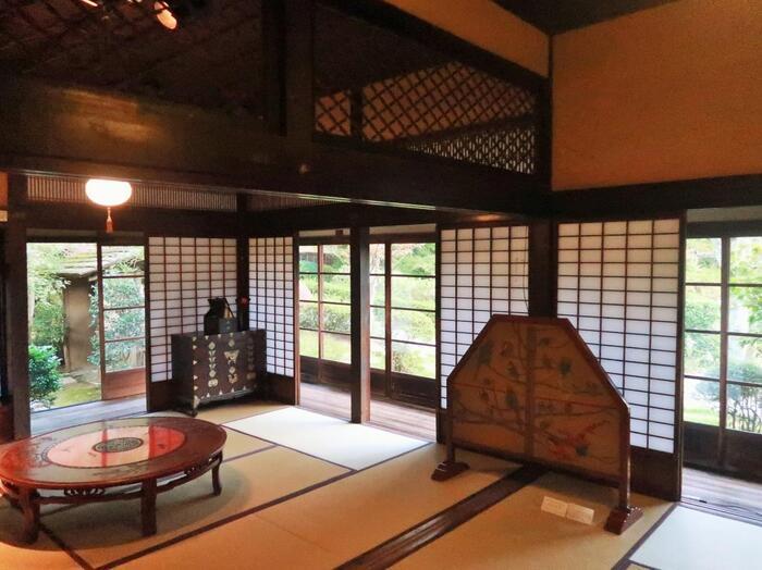 建物の内部には、魯山人の作品の他、高橋是清や草野心平らの書、朝倉文夫の彫刻等など、日動美術館の所蔵品が、様々に展示されています。【調度品も、設え方も、欄間などの建築細部まで美しい母屋内部】