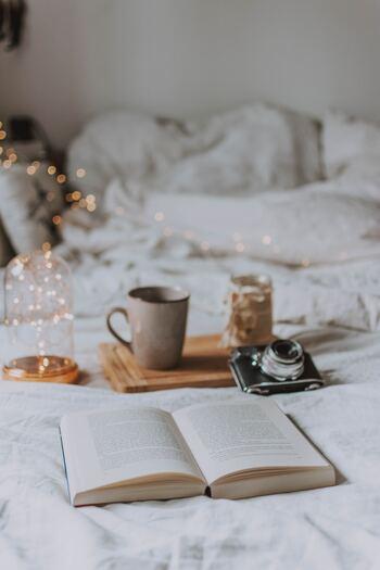 『本』は、あなたのモチベーションを上げてくれたり、背中を押してくれるような役割を果たしてくれることがあります。  「こんな時にはこの本!」というように、シチュエーション別に1冊ずつ持っておけば、その時に必要な勇気や元気、癒しなどを心にチャージすることができて便利ですよ。