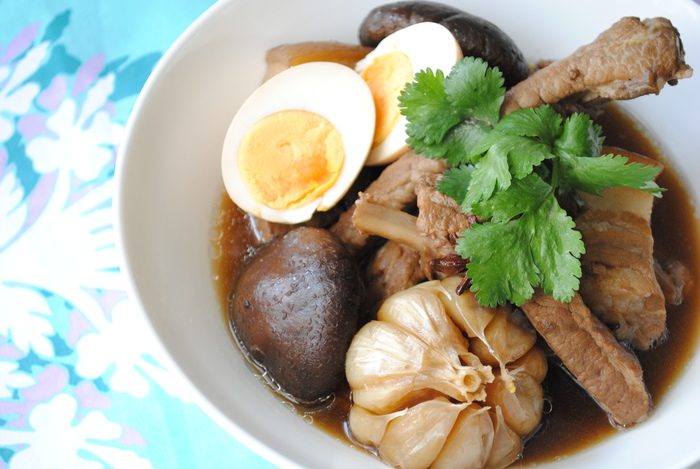 「肉骨茶(バクテー)」と言えば今日本でもブームの、骨つき肉を漢方スープで煮込んだマレーシアやシンガポールの伝統料理。見た目は味が濃そうですが意外にもあっさりしており、日本人の口にも合いやすいと人気です。 画像のレシピでは、日本で手に入りやすい食材を使っており、家庭でも簡単に肉骨茶を作ることができます。<生姜><にんにく><シナモン><クローブ><胡椒>などのスパイスがたっぷり使われている健康食。滋味深いスープを満喫すれば、内側から元気になれそうな一品です。