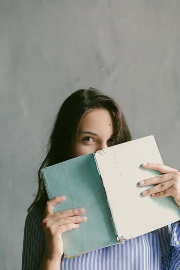 """シチュエーションに合った『本』を読むことは、今の自分を良い方向に導いてくれたり、心を落ち着かせることにつながります。『本』は、皆さんの調子を整える""""読むサプリメント""""のようなものです。  皆さんの毎日や人生が素敵であり続けるためのサポーターとして、自分だけの『本』を何冊か探してみてはいかがでしょうか?"""