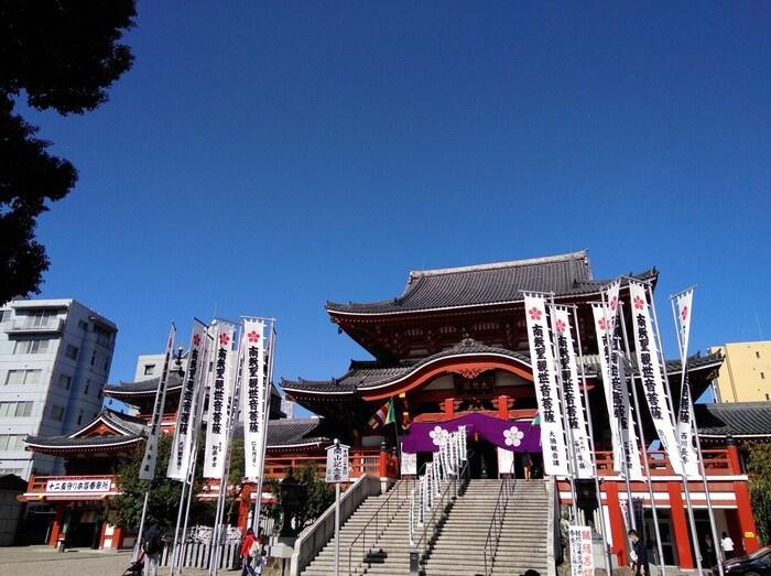 「観音さん」と呼ばれて親しまれている大須観音は、日本三大観音のひとつといわれています。ご利益は、学業成就や厄除け、家内安全などさまざま。一般的には大晦日に除夜の鐘を鳴らしますが、大須観音では元旦の午前0時から鳴らします。