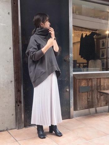 ダークとライトのグレーでつくるワントーンコーデに、ブラックの足袋シューズを合わせるとクラシカルな雰囲気に。キレイめになりすぎないよう、あえてラフなスウェット素材のトップスを合わせたセンスある着こなしです。