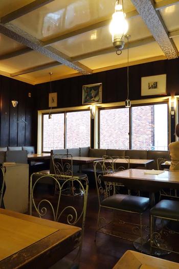 座席は1階と2階に分かれて120席。広々とした店内にはセンスのよい調度品や芸術品が数多く並べられており、味わいのある木の床や階段、年季の入ったソファが一層ノスタルジックな気分を高めてくれます。