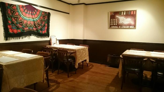海外の田舎レストランを思わせるようなアットホームで居心地の良い店内。わずか30席とこじんまりしていそうですが、キッチンを中心にお店の奥まで悠々と席が並びます。2名用の席もあるのでおひとりでも利用しやすいですね。