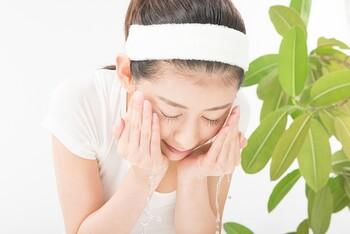 温かいお湯で洗顔すると気持ちが良くて、ついつい長くお湯を浴びてしまいますが、時間をかけすぎると、必要な皮脂まで落としてしまいます。2分以内を目安に、やさしくぬるま湯で洗いましょう。