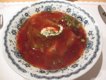 スメターナの「ボルシチ」は野菜がたっぷり。ランチタイムは全メニューにセットで付いてきます♪シャシリク(ラム肩肉の串焼き)やグリヴィー(きのこのクリーム煮入り壺焼き)など一品料理も充実しており、ピロシキと一緒に本場の味を存分に楽しめます。