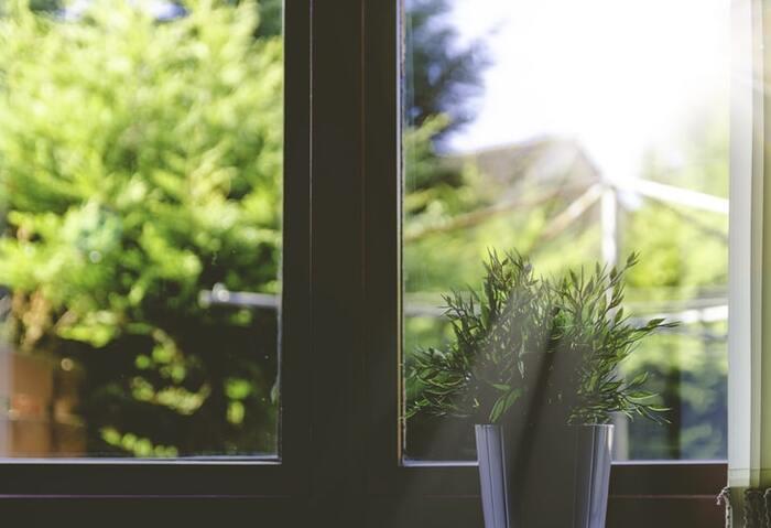 目が乾燥してくると、疲れを感じやすくなります。そして、さらに目を疲れさせる原因に挙げられるのが、同じ距離のものばかりを見ること。  上で述べた「目を閉じること」とあわせて、休憩時間には窓から外を眺めたりと、すこし遠くの距離のものを見るようにしましょう。瞬きをしながら、遠くを眺めるようにすると、さらに効果的です。