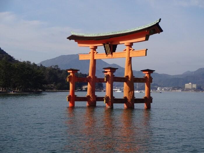 世界遺産に登録されている厳島神社。潮が満ちると、大鳥居や社殿が海に浮かんでいるような姿になります。元旦には、縁起物の干支のしゃもじをいただけます。初詣の期間は混雑するので、マイカーではなく公共交通機関を使うのがおすすめです。ご利益は、交通安全や水難除けなど。
