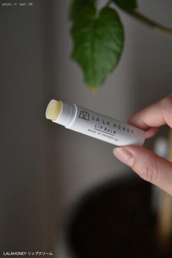 リップクリームはやさしく丁寧に塗ります。ただし、何度も塗ると摩擦で唇にダメージを与えてしまうことも。気づいたときに、やさしく塗ってあげましょう。