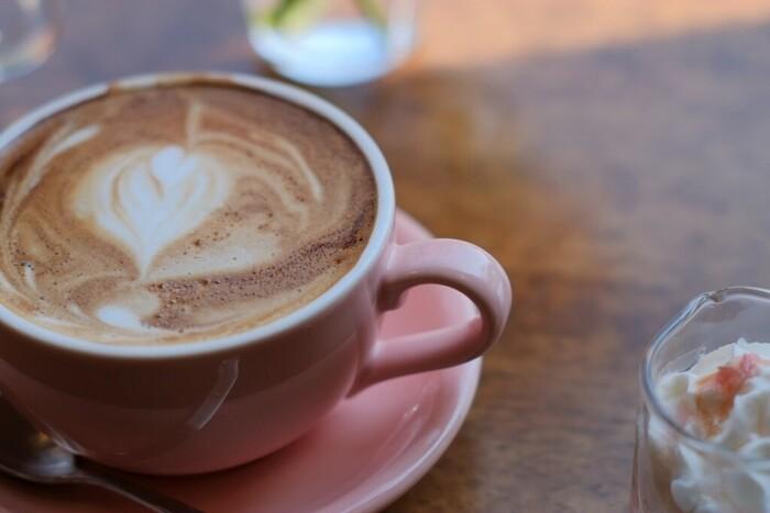 カフェインやアルコールには利尿作用があるので、水代わりに飲んでいると、かえって体の中の水分不足を引き起こすことにつながります。  コーヒーや紅茶などのカフェインは一日の摂取量を決め、計算しながら飲むとよいでしょう。