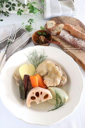 野菜の中でも<根菜>は、代謝を上げたり血行を良くする野菜として知られています。そんな根菜をじっくり煮込んだポトフは寒い日にぴったりのメニューです。 味付けにコンソメを使わず、塩だけで素材を生かすところがこのレシピのポイント。<シナモン>を足すことで香りも良く、温め効果もアップです。