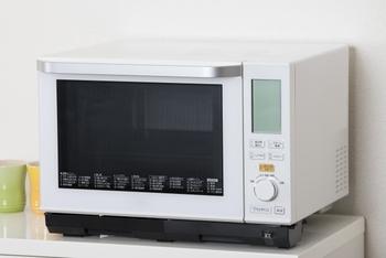 まだお餅に適度な水分が残っている場合はそのまま、表面が乾き気味だと思ったらさっと水で濡らして電子レンジで10~30秒程度加熱してから、焼いたり煮たりすると手早く柔らかくなります。下側から柔らかくなるので、場合によってはひっくり返して再加熱すると上手くいきます。