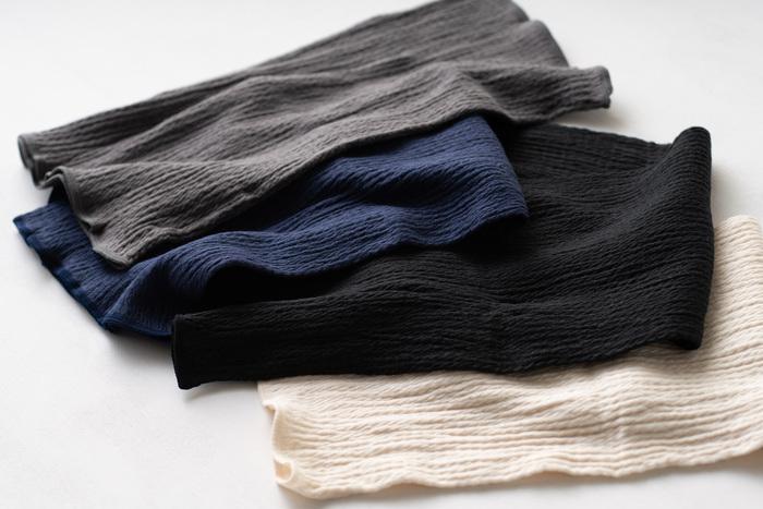 カラーは上からグレー、ネイビー、黒、生成のベーシックな4種類。薄手だからコーデに響かず、冬の着ぶくれともサヨナラできますよ。薄着になりがちな夏にも嬉しい腹巻きです。