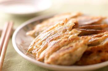 まずは、定番の焼き餃子。ご家庭によって具材はそれぞれあると思いますが、こちらのレシピでは豚ひき肉、白菜、ニラというシンプルで間違いなしの具材を使っています。エビやイカをミンチにして入れるとプリプリ食感も楽しめるそうですよ。
