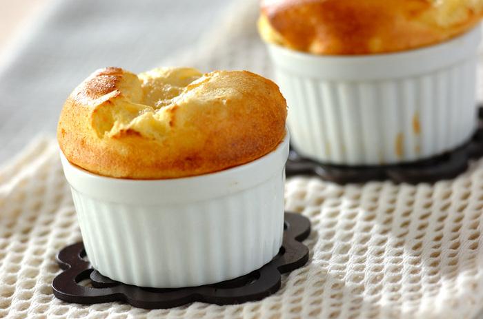 口当たりの良い温かなデザートと言えば、「スフレ」もおすすめです。熱々のふんわりしたスフレは、一口食べると溶けてなくなるような軽やかなデザート。 こちらのレシピではカスタードクリームに<生姜汁>を加え、体をじんわり温めてくれるようなスフレを作ることができます。角が立つくらい固めのメレンゲを、泡が消えないようにサックリ混ぜ合わせるのがポイント。時間が立つと萎んでしまうので、ぜひ焼きたてののふわふわを味わってみてくださいね。