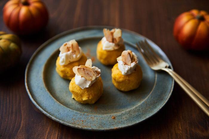 冬が食べ頃の<かぼちゃ>も温活食材の定番です。煮物やスープ以外にサラダにして食べるのもおすすめです。 画像は、加熱したかぼちゃにおからとヨーグルトを混ぜたほんのり甘いサラダ。仕上げの<チーズ><アーモンド><シナモン>も血行を良くする成分が含まれているので、おしゃれな上に温め効果も期待できる一品です。