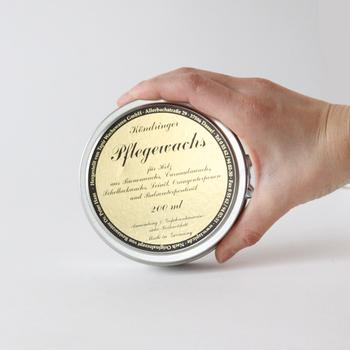 【 ケンドリンガーフレーゲワックス 】 自然の素材だけで作られたワックスで、未塗装の木製品に塗り伸ばすことで表面保護と艶だしができます。固形のワックスなので、使用量の調節も簡単です。