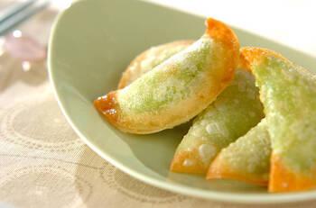 見た目に美しい、緑の餃子。中にアボカドとプロセスチーズを入れて、綺麗な見た目になります。ちょっとしたホームパティーや、ワインのおつまみとしても活躍しそうなおしゃれな一品です。