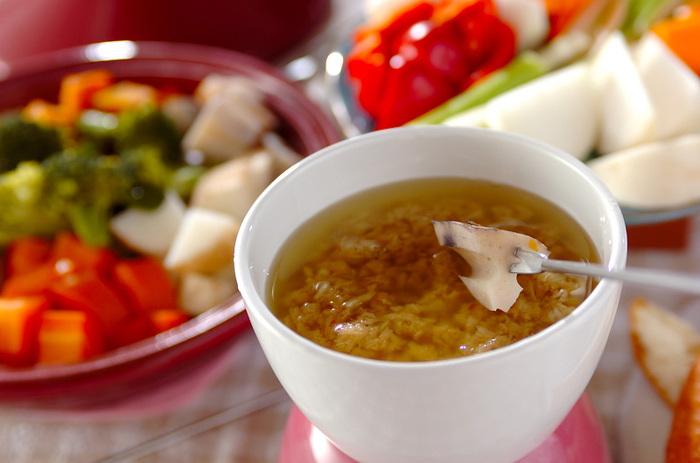 <にんにく>、アンチョビ、オリーブオイルのソースに野菜をディップしていただくイタリア料理の「バーニャカウダ」も、食べ方や食材選びで温め効果の高いメニューになります。温かいソースで食べること、<根菜>を使うことの2点がポカポカレシピのポイントです。 画像のレシピでは、電子レンジを活用してバーニャカウダソースを作るので、気軽にチャレンジできますね。食欲をそそる香りのソースで、たくさんの種類の根菜をもりもり食べることができそう。お好みで生クリームを足せば、マイルドでコクのある味わいになるそうですよ。