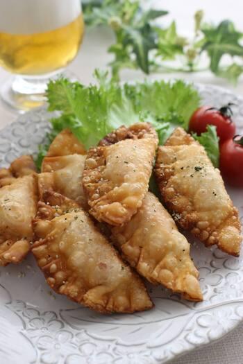 めずらしいイタリアンの餃子の中には、生ハムで包んだモッツアレラチーズが入っています。具材そのままでもおつまみになりますが、餃子の皮に包んで揚げたことによってチーズが溶け、また新しい食感が楽しめそうです。ビールにもワインにも合う、おつまみレシピですね。