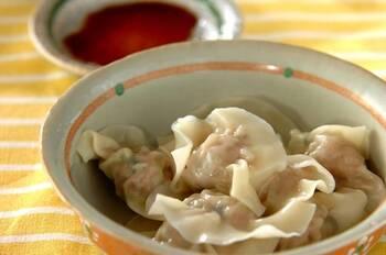 まずは、定番の水餃子レシピです。餡は一般的な焼き餃子と同じ、豚ひき肉、白菜、ニラなどを使っています。白菜は先に茹でておいて、全体の茹で時間を短縮できるというポイント、真似したいところです。