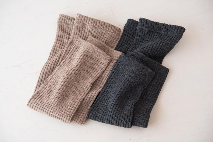 カラーは、ブラウンとチャコールグレーの2種類。リブ編みになっていて、どんなコーデにも合わせやすいでしょう。程よい厚みなので、靴下やタイツの上からでもかさばらない◎おしゃれも楽しめるレッグウォーマーです。