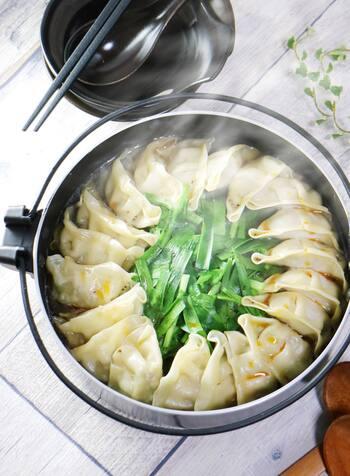 いつもの焼き餃子用の餃子を、お鍋に投入!寒い日は、たっぷりの野菜と熱々の餃子で、餃子鍋がおすすめです。餃子を多く作っておけば、忙しい時にも便利なレシピです。家族で、友だちで、みんなで楽しめる一品ですね。