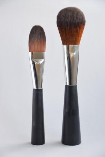 上等なブラシは高価ではありますが、一生ものではありません。毛量が減少したり、すり減って形が整わなくなったら、交換しましょう。  以下、化粧筆では日本一の品質といわれる熊野筆を製造する「竹宝堂」(広島県熊野町)による、7年間ブラシを使い続けたお客さまへの回答は。