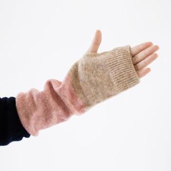 日本一のニットの産地・新潟県生まれのブランド「226」より、肘まですっぽりカバーできる、ロングタイプのアームウォーマーをご紹介します。こちらのアームウォーマーは、長さが約30cm!手首から肘までしっかりカバーして、袖口からの冷えをブロックしてくれます。
