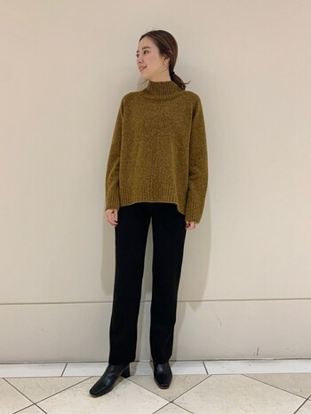 マスタードカラーのセーターに黒のストレートのパンツ&ショートブーツを合わせたきれいめスタイル。スキニータイプほどカジュアルになりすぎず、大人っぽくまとまります。
