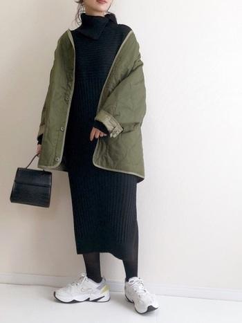 寒さ対策しつつ、しっかりおしゃれも楽しみたい今の季節は、マフラーなしでも首元をあたたかく包んでくれるタートルネックタイプが便利です。黒を選べばすっきりとヘルシーな着こなしに。