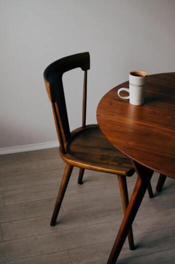 きちんと作られた無垢材家具はとても頑丈なので、大切に使えば一生ものの財産となります。特にテーブルや椅子など、毎日触れる機会が多い家具には無垢材がおすすめ。長く使うほど色に深みが出ますし、ヴィンテージ感も味になります。