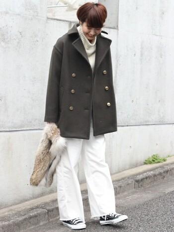 ダークカラーの洋服が増える秋冬シーズンは、白やベージュなど明るい色をポイントにした爽やかなコーディネートもおすすめです。濃いカーキ色のPコートと、白ニット&ホワイトパンツのコントラストがとっても綺麗。ミリタリーテイストのカーキ色も、白のアクセントを加えることで優しく上品な雰囲気に。